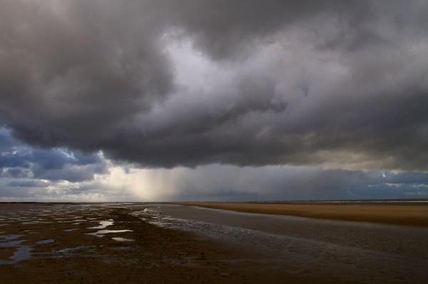 Foto van regenwolken boven de Kwade Hoek